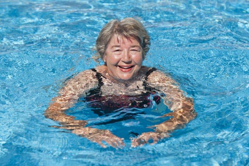 pływający starsza kobieta obraz royalty free