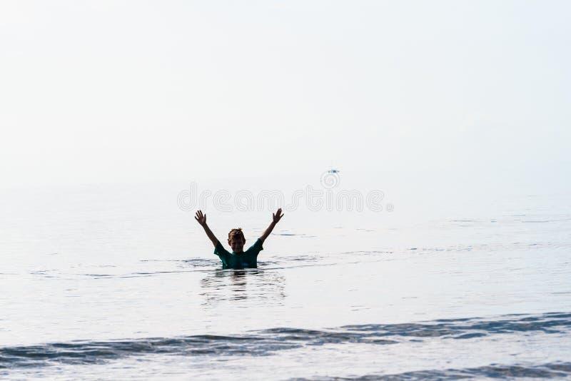 Pływania Chłopiec Ręki Podnosić
