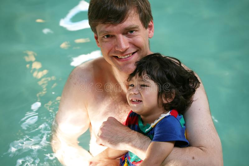 pływanie ojca i syna obrazy royalty free