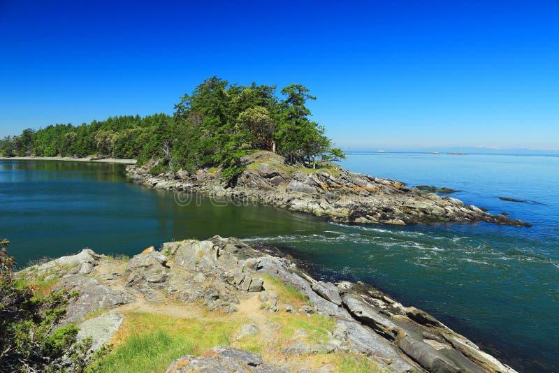 Pływowy prąd przy Łódkowatą przepustką między Samuel i parkiem narodowym Saturna wysp, zatok wyspy, kolumbia brytyjska fotografia stock