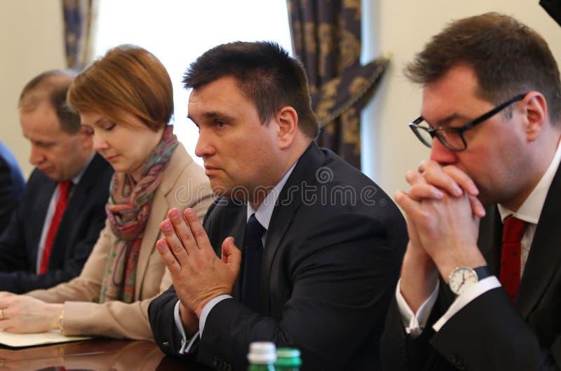 P 克利姆金, B 约翰逊和W Waszczykowski新闻招待会在Kie 库存图片