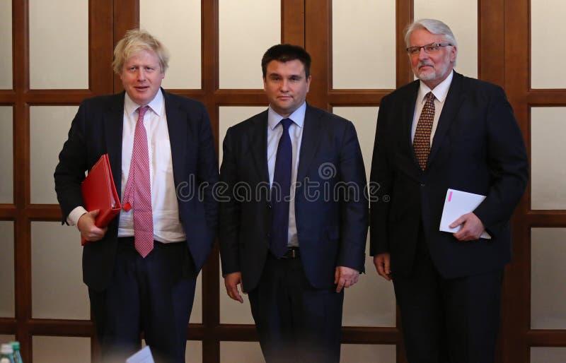 P 克利姆金, B 约翰逊和W Waszczykowski新闻招待会在Kie 免版税库存图片