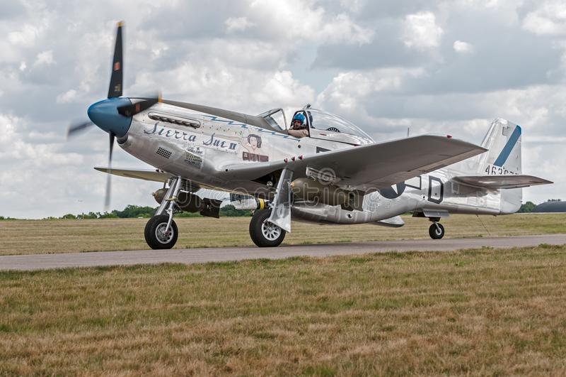 P-51野马山脉苏II在滑行道移动 免版税库存照片