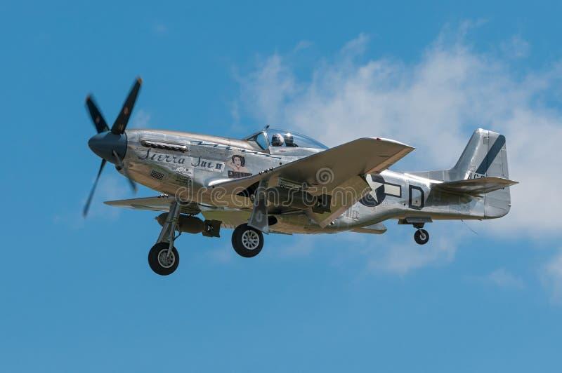 P-51野马山脉苏II飞过 库存图片