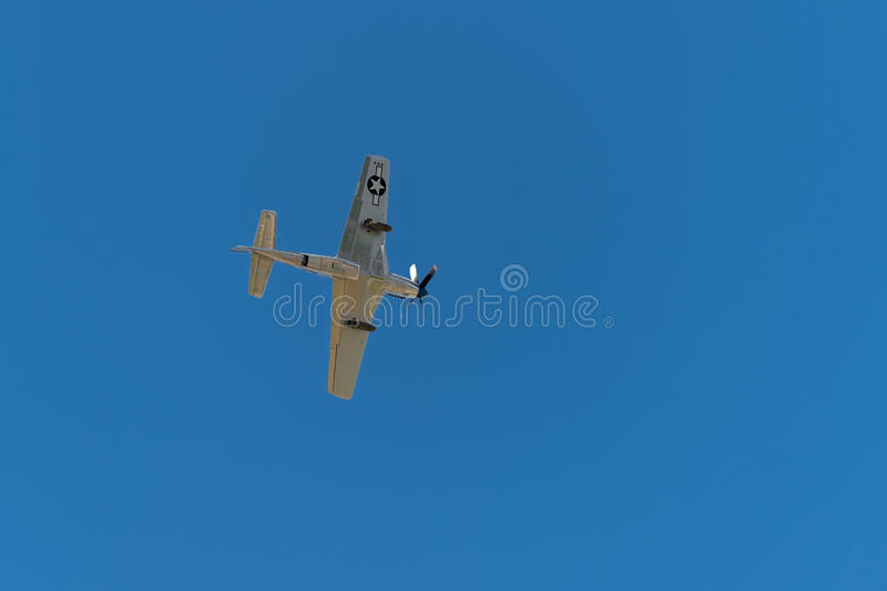 P-51野马山脉苏II直接地在头顶上 免版税库存照片