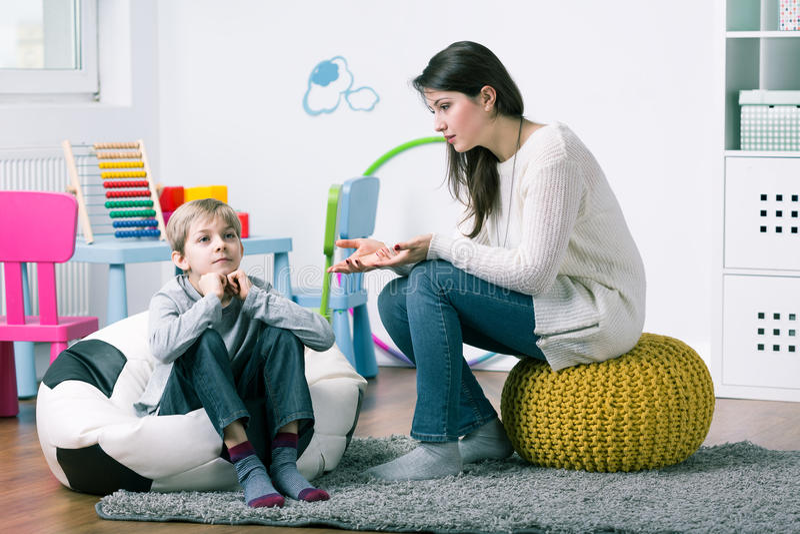 P :设法的心理学家通过有男孩 免版税库存图片