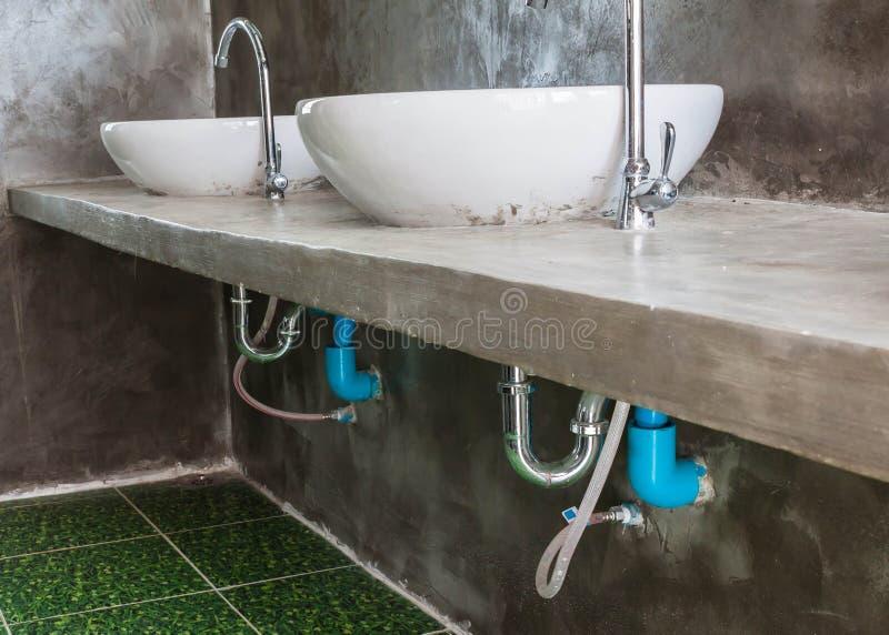 a P-armadilha opera o sistema básico de bacia no banheiro fotografia de stock royalty free