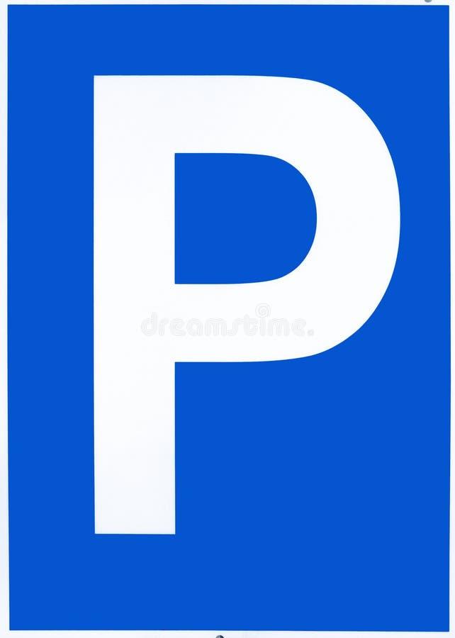 P branco na terra azul como o sinal e na informação para um parque de estacionamento fotos de stock royalty free