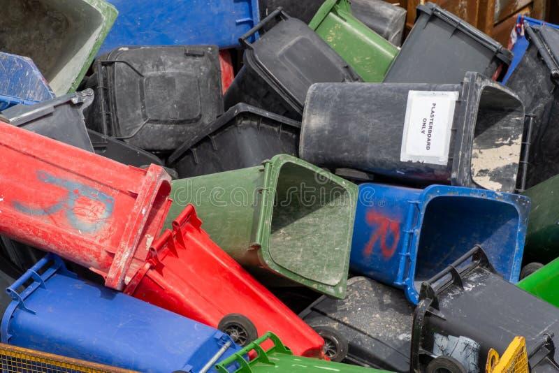 p? burk f?rgrikt avfall Många plast- soptunnor på avfallsen som väntar för att återanvändas arkivbild