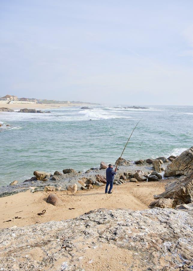 P?che de p?cheur sur la plage photographie stock libre de droits