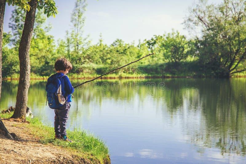 P?che de jeu d'enfant pr?s de lac photographie stock libre de droits