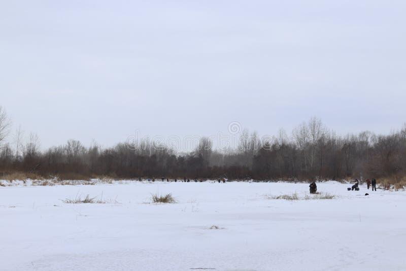 P?che pendant l'hiver sur le lac image stock