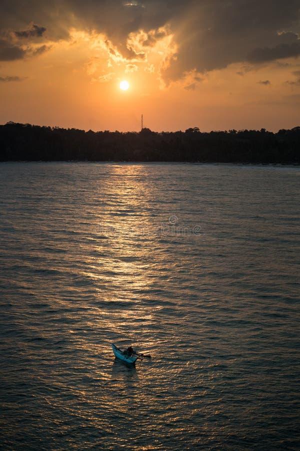 P?cheurs au coucher du soleil image stock