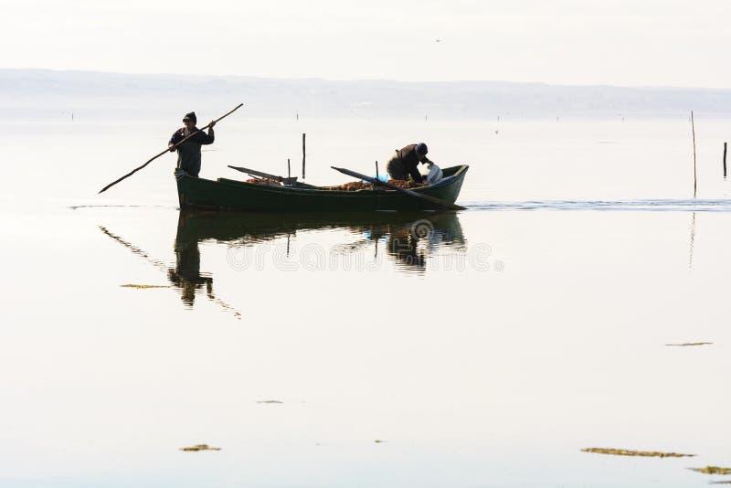 P?cheurs avec leurs bateaux antiques, chute ? l'aube Sud de la Sardaigne occidentaux photos libres de droits