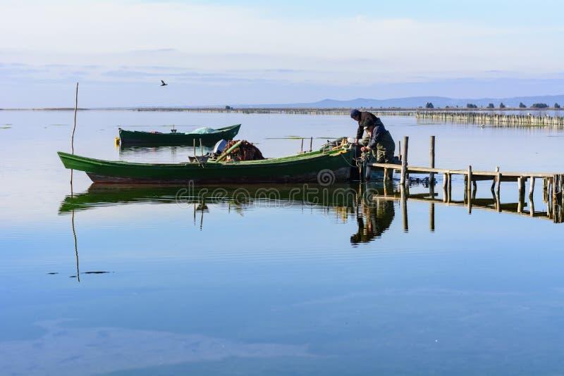 P?cheurs avec leurs bateaux antiques, chute ? l'aube Sud de la Sardaigne occidentaux image stock