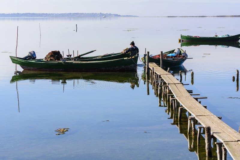 P?cheurs avec leurs bateaux antiques, chute ? l'aube Sud de la Sardaigne occidentaux photo libre de droits