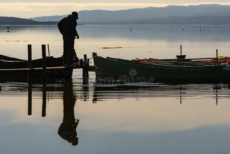 P?cheurs avec leurs bateaux antiques, chute ? l'aube Sud de la Sardaigne occidentaux photographie stock