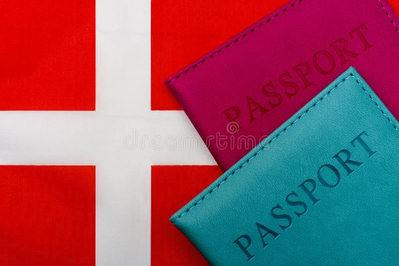 P? flaggan av Danmark ?r ett pass arkivfoto