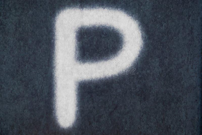 P isolerad kritabokstav i svart tavlabakgrund royaltyfria foton