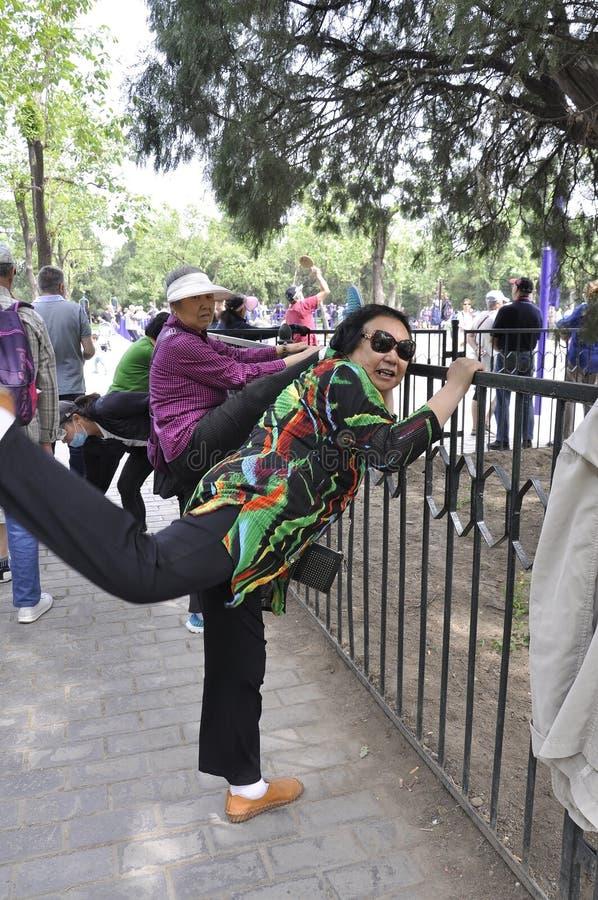 P?kin, 7?me peut : Les gens pratique des exercices en parc c?l?bre du temple du Ciel dans P?kin photos libres de droits