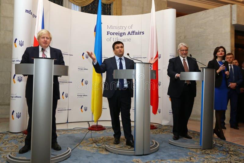P Klimkin, b Johnson i W Waszczykowski konferencja prasowa w Kie obraz royalty free