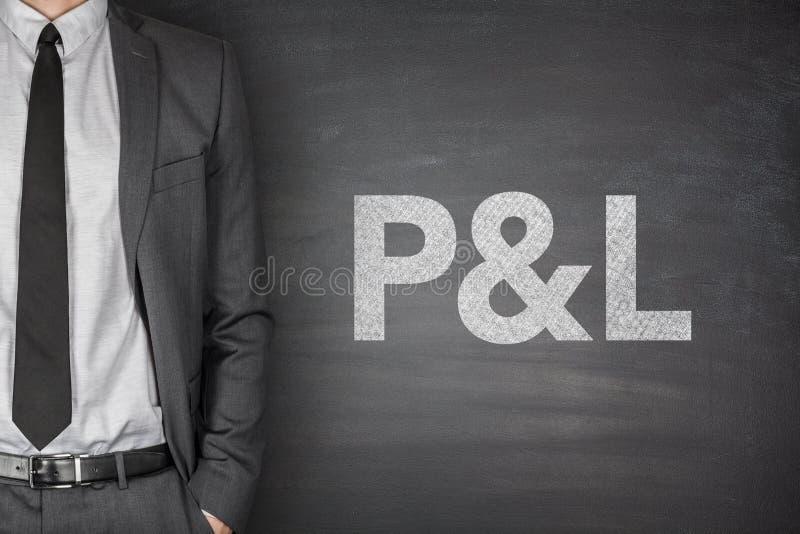 P&L no quadro-negro imagens de stock