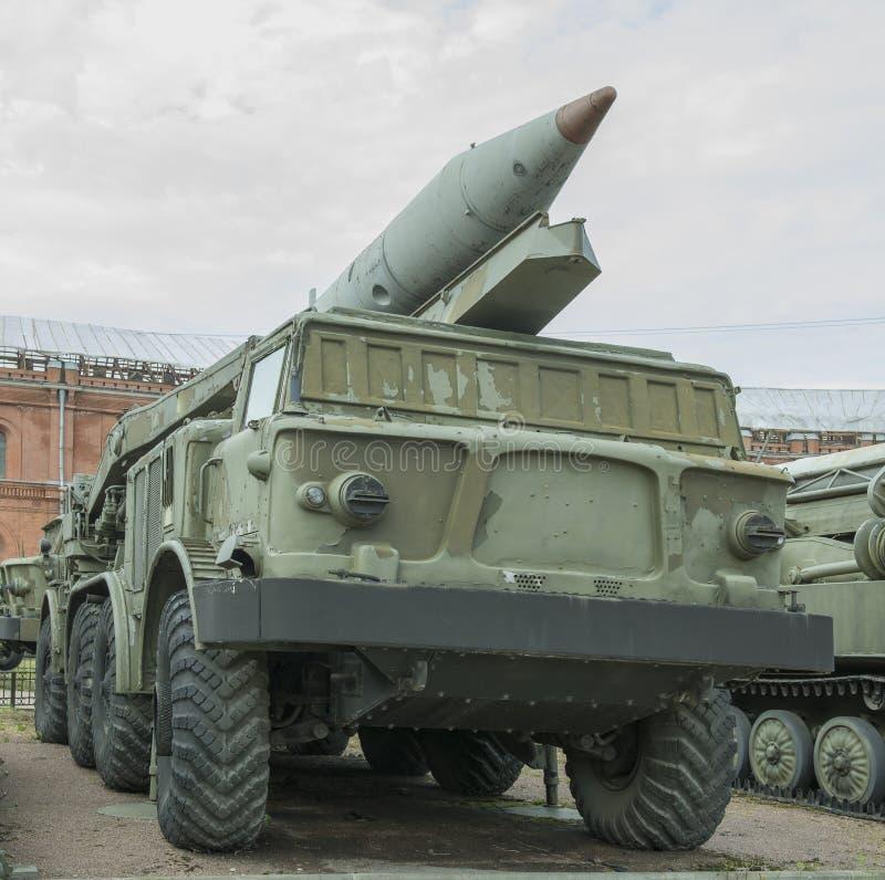 9P113- launcher med ett missilkomplex 9K52 för missil 9M21 royaltyfri bild