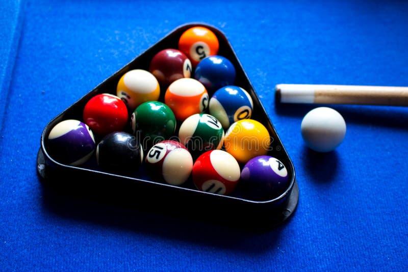 P?lbilliardbollar p? modig upps?ttning f?r bl? tabellsport Snooker p?llek royaltyfri bild