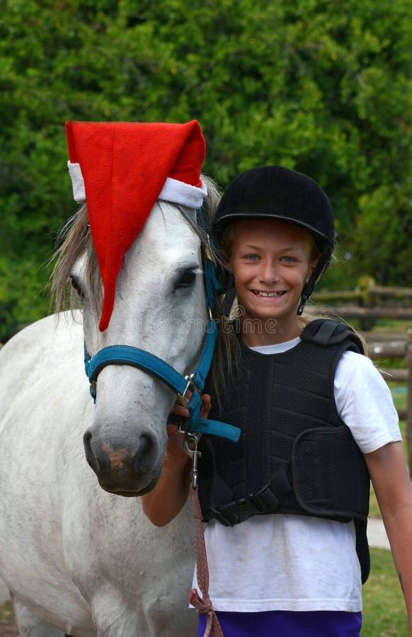 Pônei do Natal com cavaleiro da menina fotos de stock royalty free