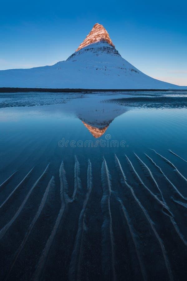 P?ninsule de snaefellsnes de l'Islande et Kirkjufell c?l?bre Kirkjufell est une montagne debout admirablement form?e et sym?triqu photographie stock libre de droits
