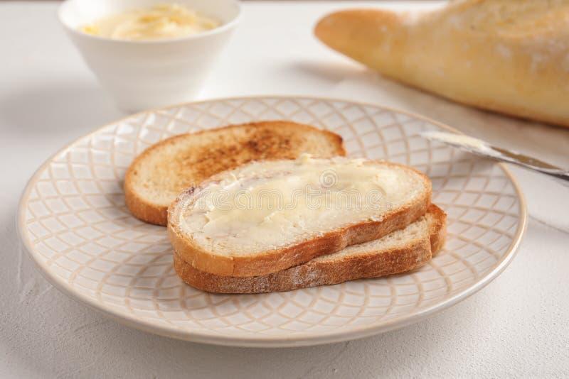 P?o saboroso com manteiga para o caf? da manh? fotografia de stock royalty free