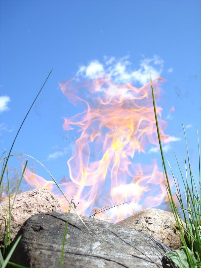 Download Płomienie obraz stock. Obraz złożonej z ogień, góra, trawy - 126663
