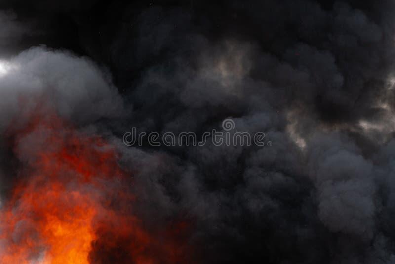 P?omienie czerwonego ogienia i ruch plamy chmury czer? dym zakrywali niebo zdjęcie royalty free