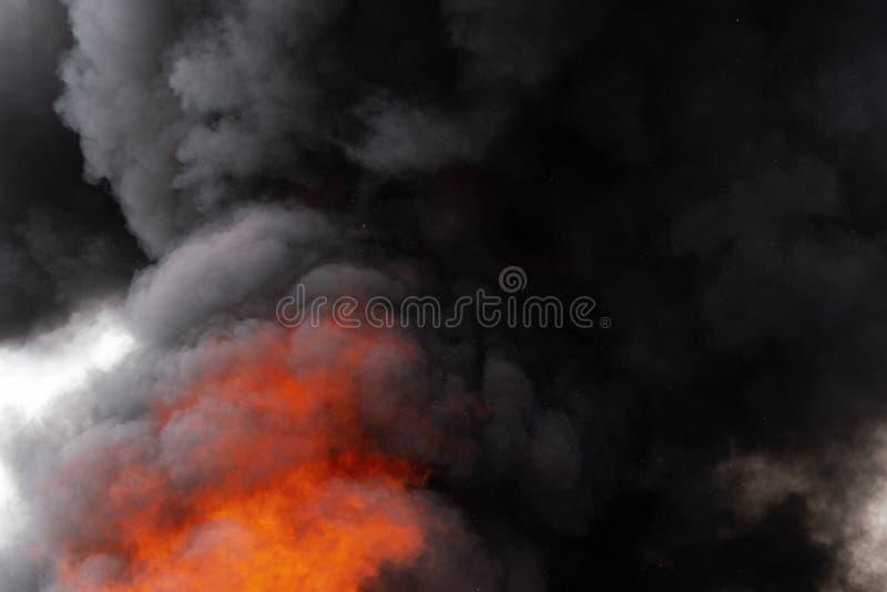 P?omienie czerwonego ogienia i ruch plamy chmury czer? dym zakrywali niebo zdjęcia stock