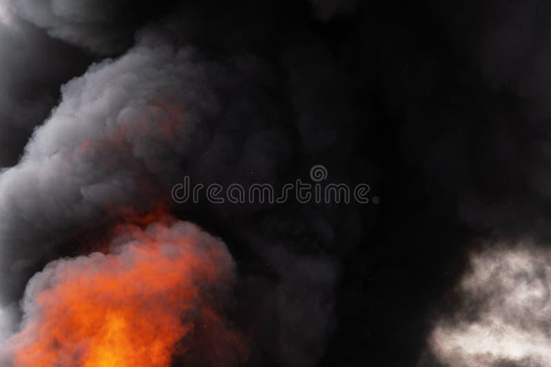 P?omienie czerwonego ogienia i ruch plamy chmury czer? dym zakrywali niebo zdjęcie stock