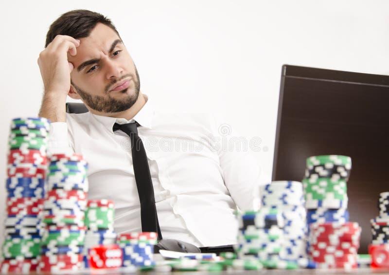 Pôquer em linha que tem o problema fotografia de stock