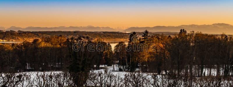 Pôr do sol bávaro do inverno imagens de stock