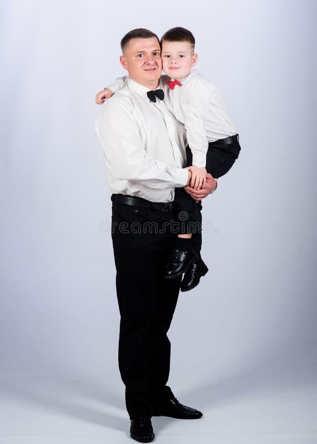 p?re et fils dans le costume formel Petit gar?on avec le monsieur de papa Jour de famille Mode m?le parenting Jour de p?res Enfan photo stock