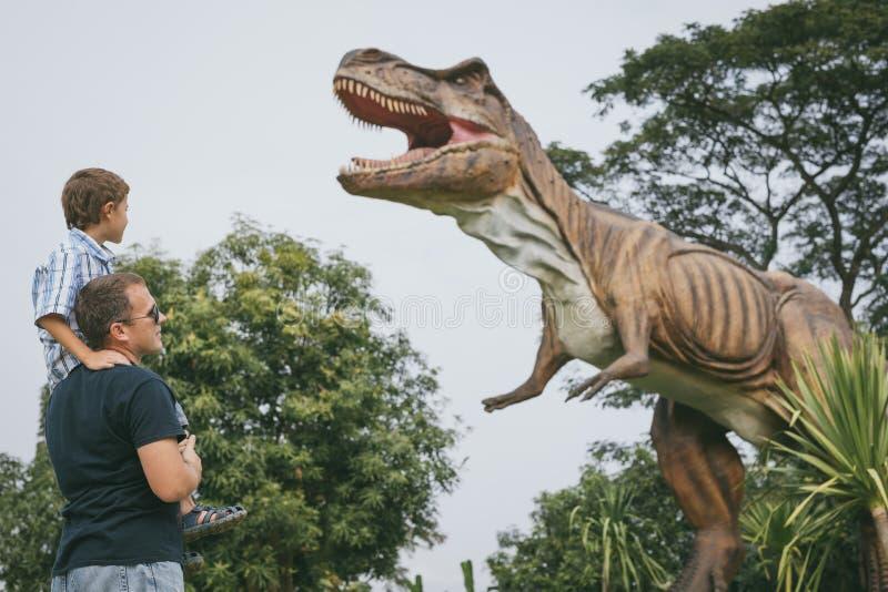 P?re et fils jouant en parc de Dino d'aventure photographie stock