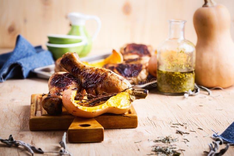 P?s de galinha cozidos com polpa de butternut e erva do tomilho foto de stock royalty free