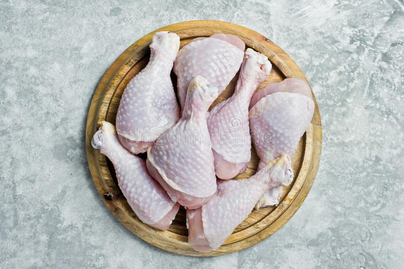 P?s de galinha crus Fundo cinzento, vista superior, espa?o para o texto imagem de stock royalty free