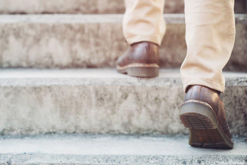 P?s de trabalho do close-up do homem de neg?cios moderno que andam acima das escadas na cidade moderna imagens de stock