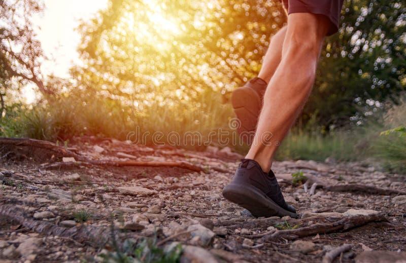 P?s do homem que correm na fuga nas montanhas imagem de stock