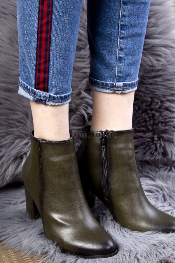 P?s f?meas bonitos em botas da mola foto de stock