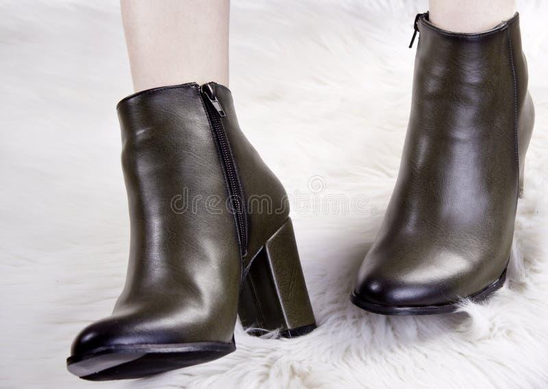 P?s f?meas bonitos em botas da mola foto de stock royalty free