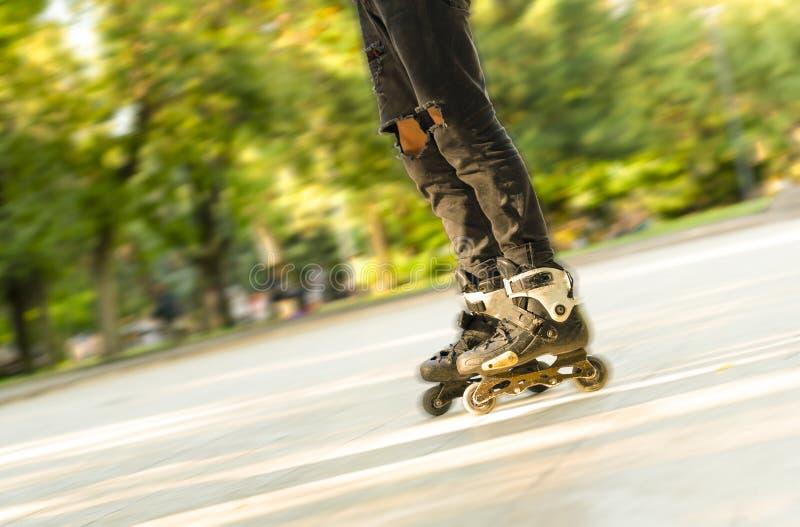 P?s que rolam ao redor em patins de rolo Entretenimento e lazer esportes e passatempos dos adolescentes fotografia de stock royalty free