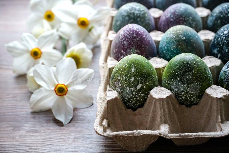 P?scoa Ovos da páscoa fervidos pintados ao estilo do cosmos e de uma galáxia distante, fotos de stock