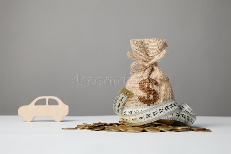 P?se med pengar och m?tabandet p? guld- mynt Brist av pengar som köper bilen royaltyfria foton