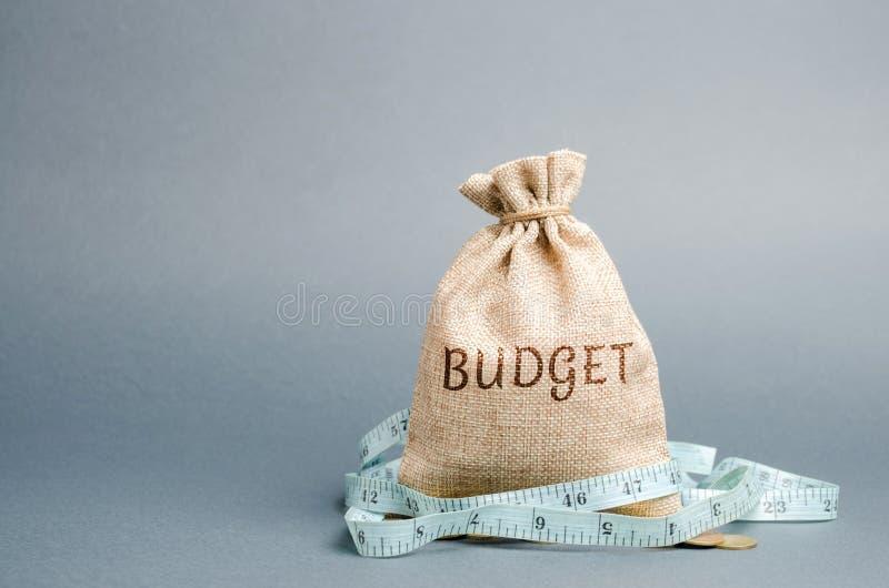 P?se med pengar och m?ttband och ordbudgeten Inskr?nkt budget Brist av pengar Begreppet av att ackumulera pengar i fotografering för bildbyråer