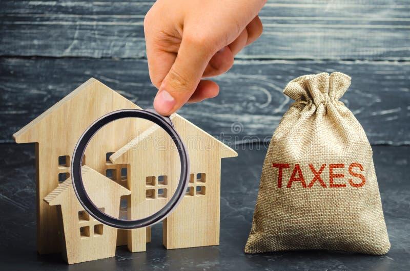 P?se med pengarna och skatt- och tr?husen de ord Skatter p? fastigheten, betalning Straff resterande skulder Register av skattebe fotografering för bildbyråer